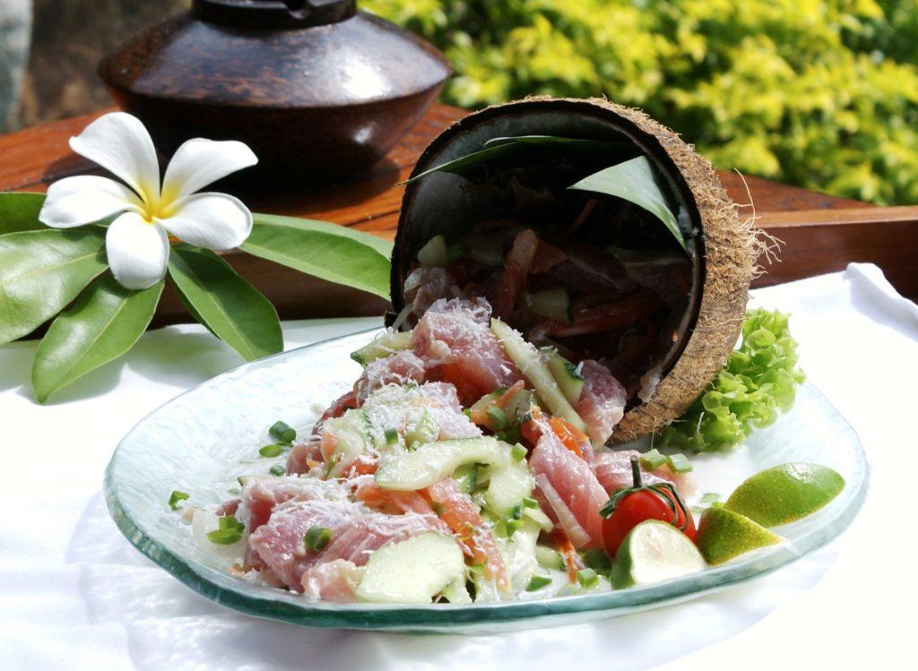 Un plat de poisson cru au lait de coco